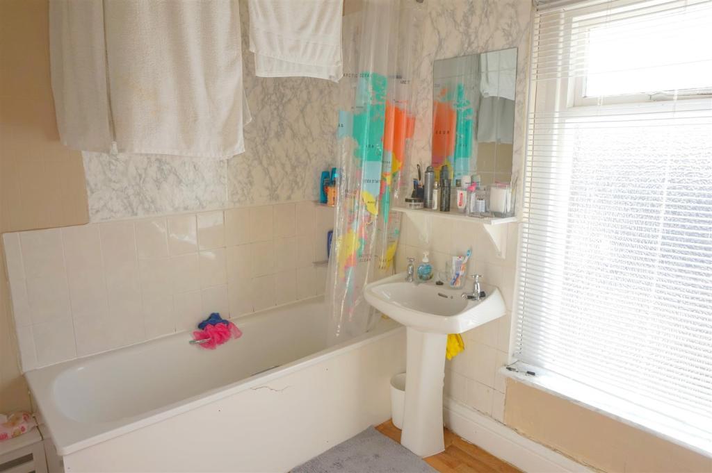 Bathroom (Flat 3)