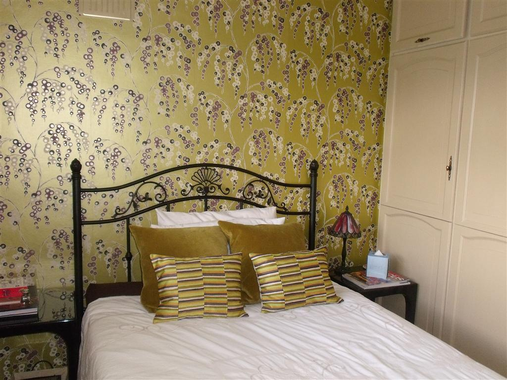 Gold bedroom design ideas photos inspiration for Feature wallpaper bedroom ideas