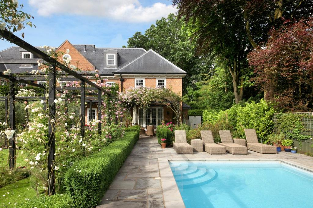 8 bedroom detached house for sale in priory road for Garden pools uk