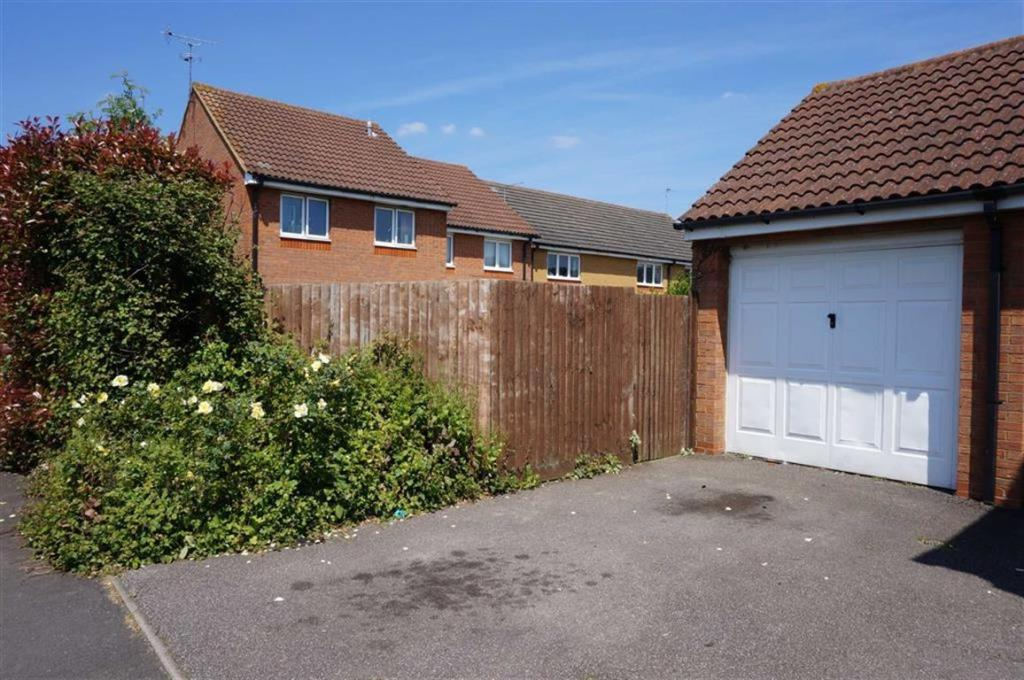 3 bedroom semi detached house for sale in roundel drive for Hockliffe garage doors