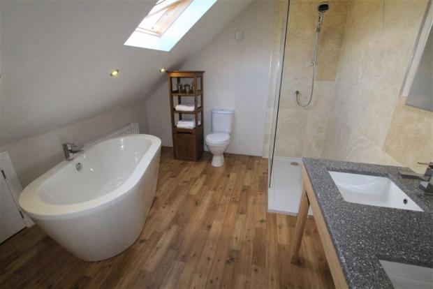 EN-SUITE BATHROOM/SH