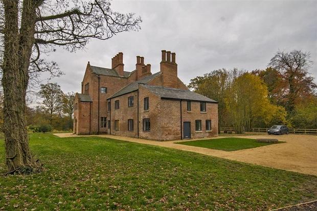 2 bedroom cottage for sale in bewsey old hall warrington wa5. Black Bedroom Furniture Sets. Home Design Ideas