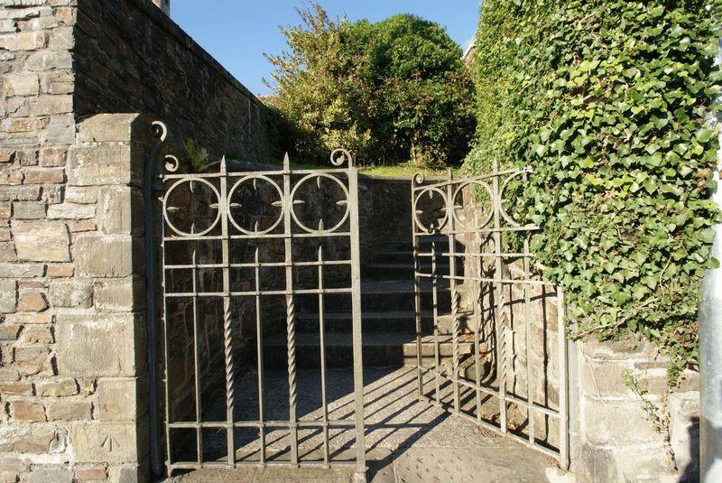 Gate feature