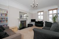 2 bedroom Flat in Cromer Villas Road, SW18