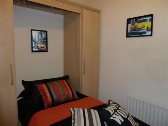 BEDROOM IN 32 HYLTON