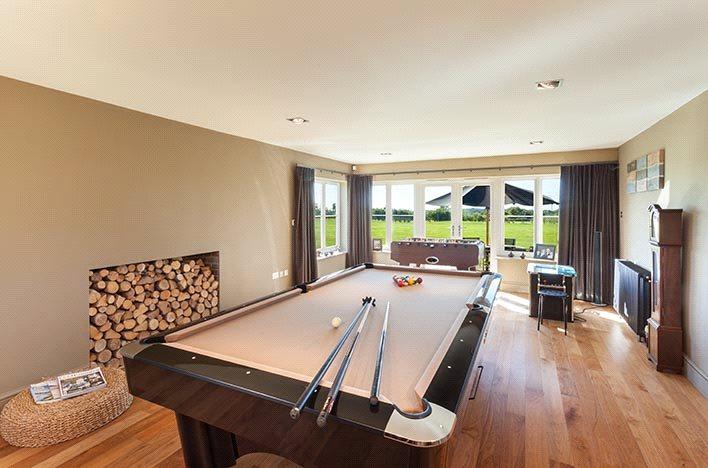 Sitting/Snooker Room