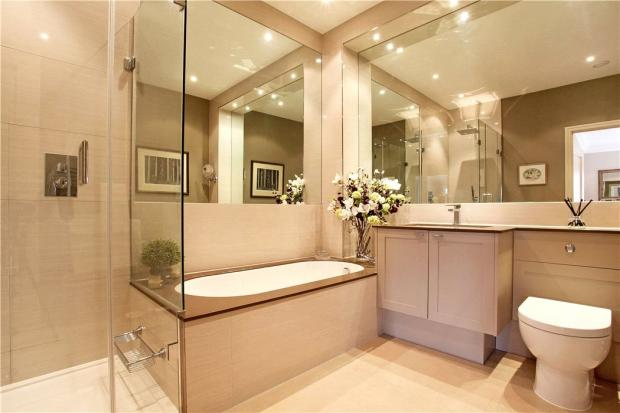 Ascot: Bathroom