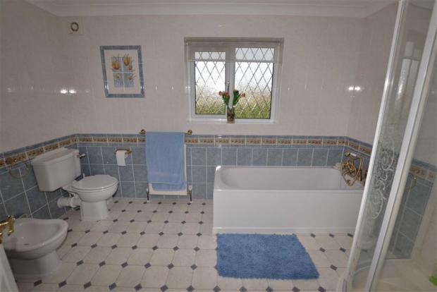 En-suite Bathroom/Sh