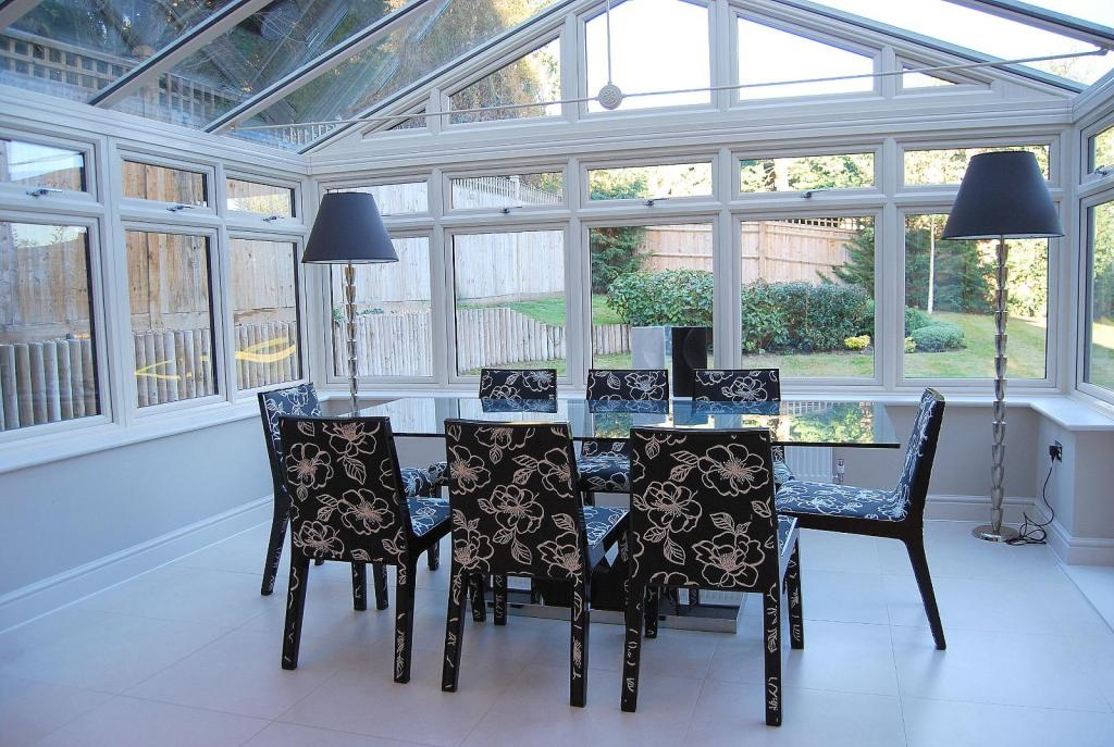 Traditional white conservatory design ideas photos for Conservatory dining room design ideas
