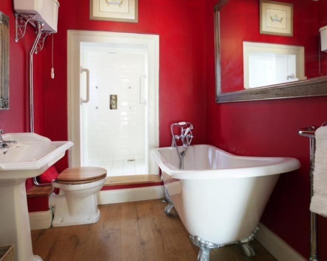 Brown red bathroom design ideas photos inspiration for Brown and red bathroom ideas