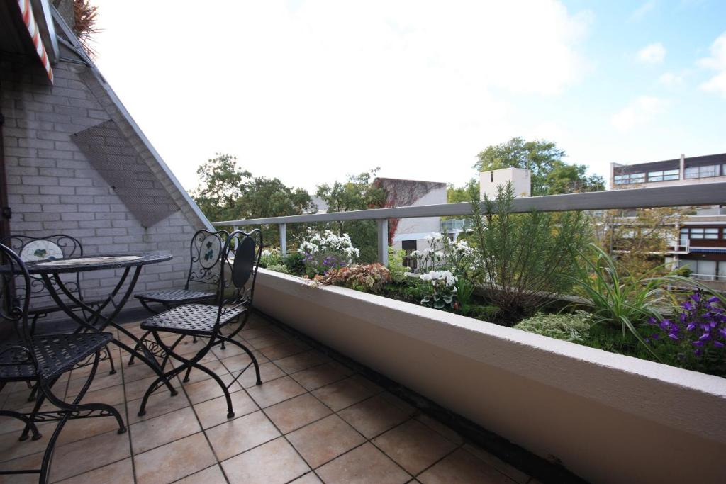 newly decorated bright 1 bed 1 bath apartment located in a secure