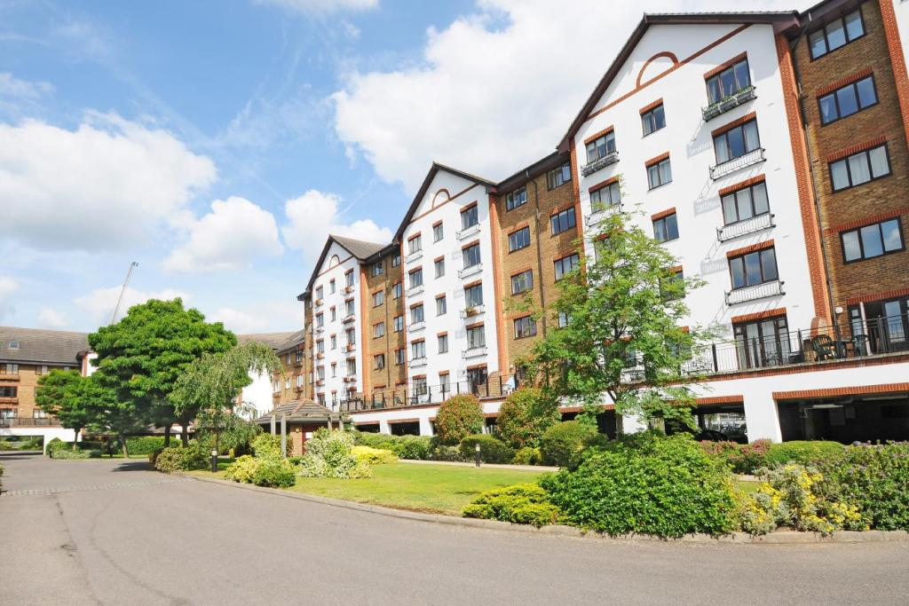 2 bedroom flat for sale in Sopwith Way, Kingston upon Thames, KT2
