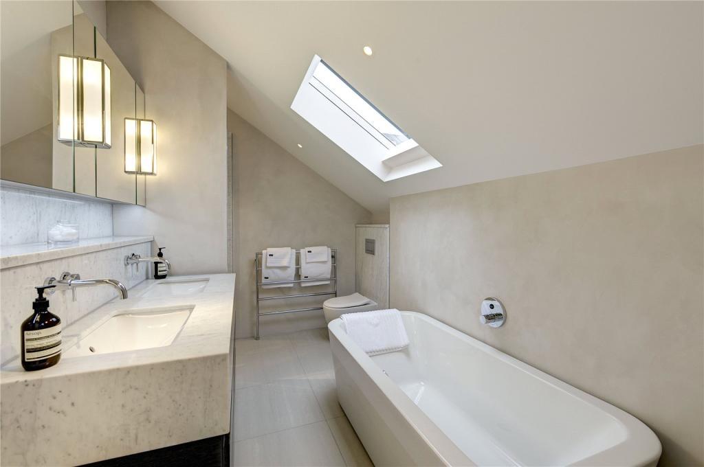 Stiff Trevillion,Bathroom
