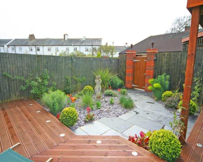 Decking urban garden garden design ideas photos for Gardens with decking and paving
