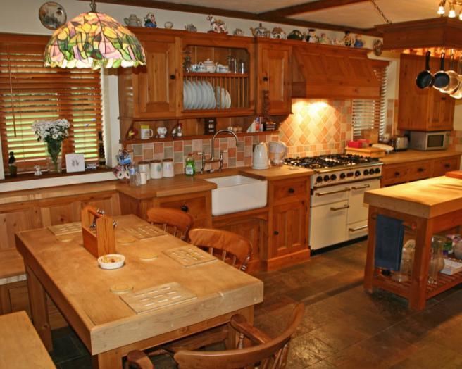Butler sink design ideas photos inspiration rightmove for Brown and orange kitchen ideas