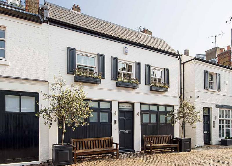 3 bedroom mews house to rent in pont street mews london. Black Bedroom Furniture Sets. Home Design Ideas