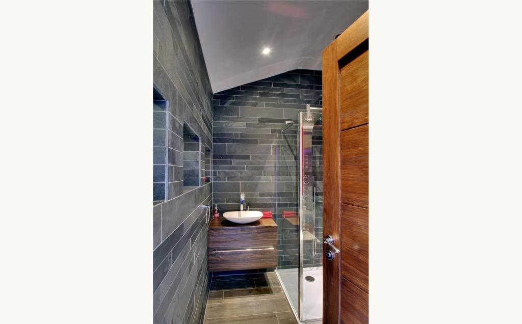 Pool Shower Rm
