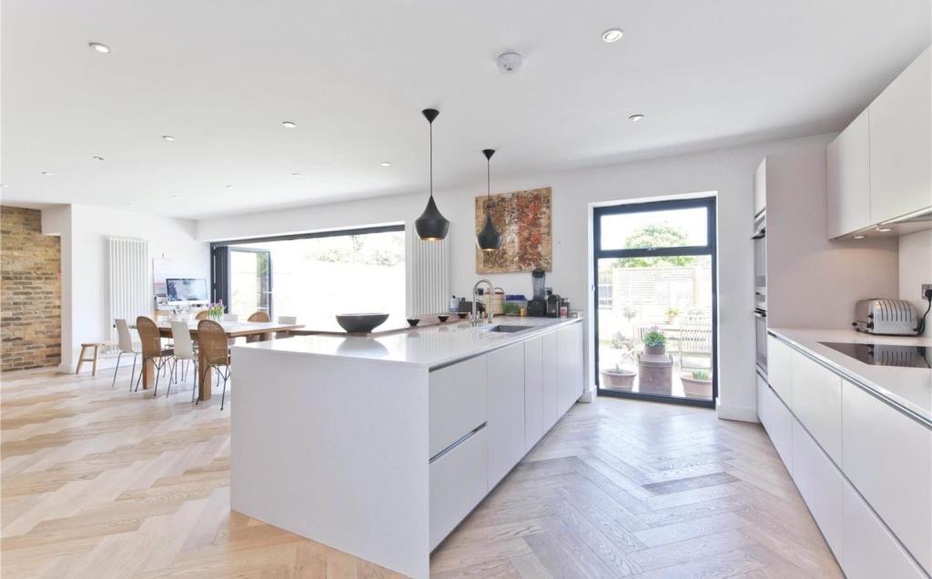 4 Bedroom Detached House For Sale In Vine Road East Molesey Surrey Kt8 Kt8