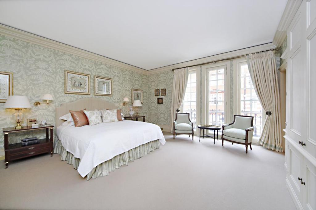 Formal Spacious Stylish Traditional Beige White Bedroom With Wallpaper