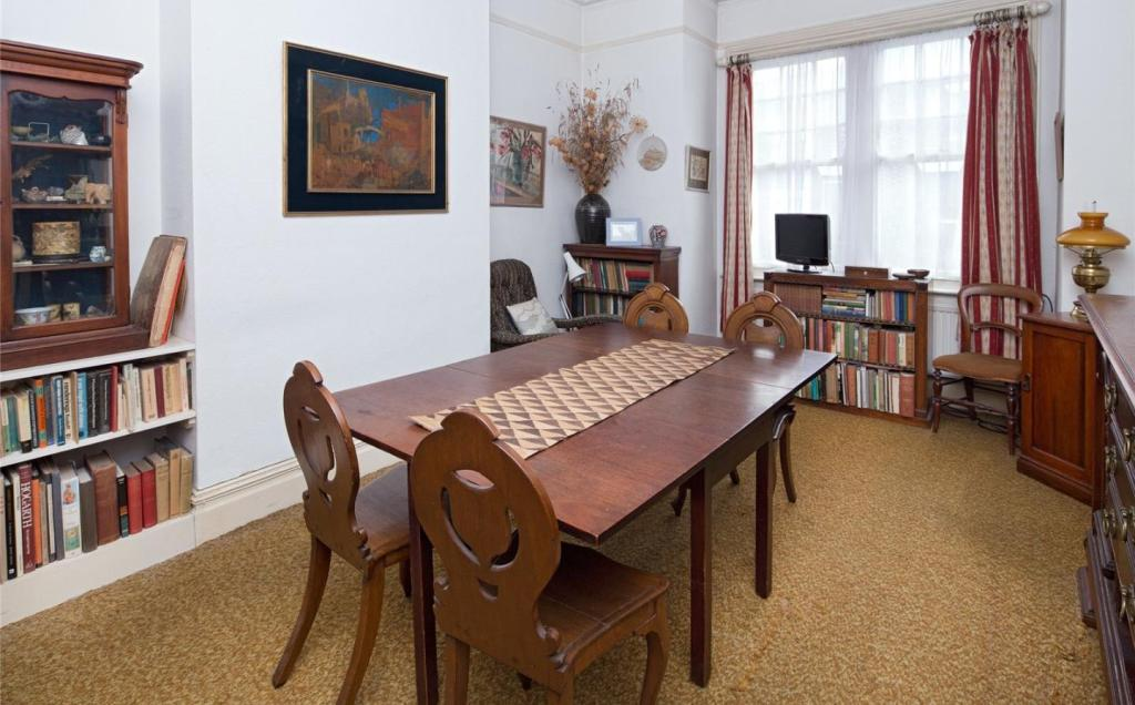 Siiting/Dining Room