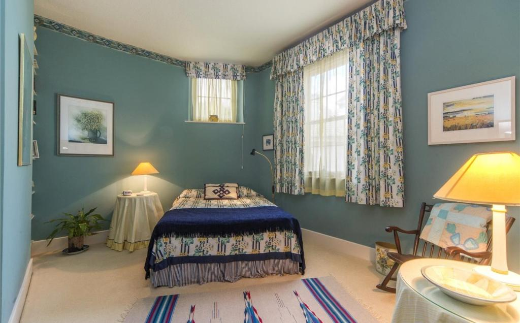 Bedroom (Apt 8)