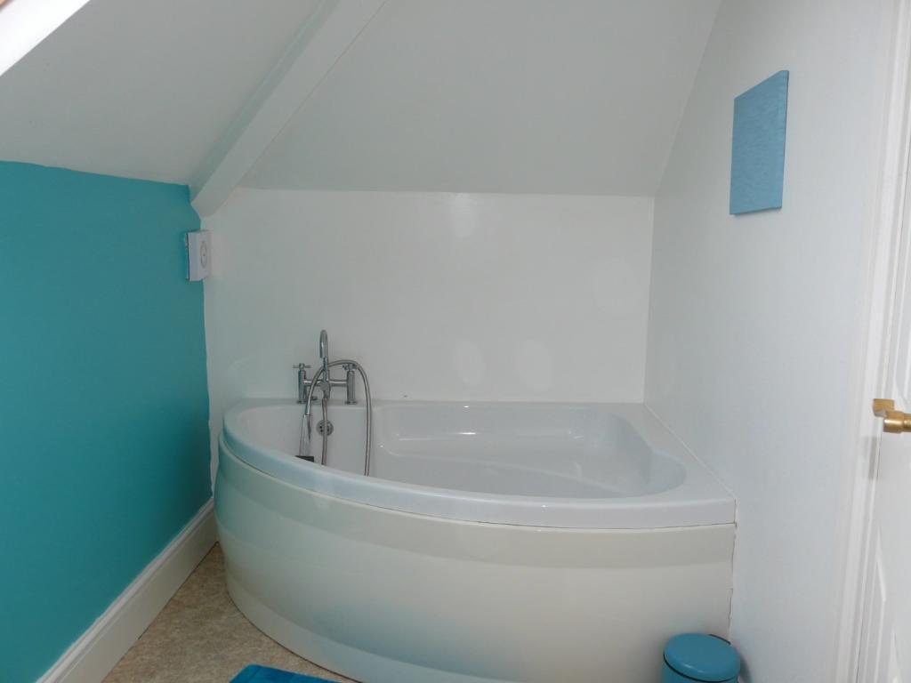 En-Suite Bathroom (f