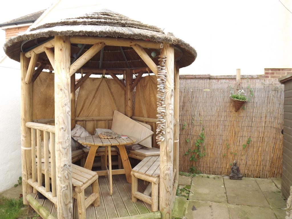 Thatched log garden