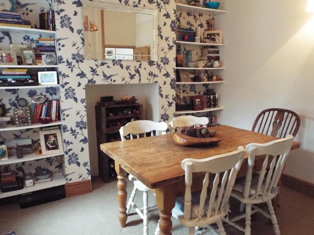 3 bedroom terraced house for sale in wootton grove for The dining room sherborne
