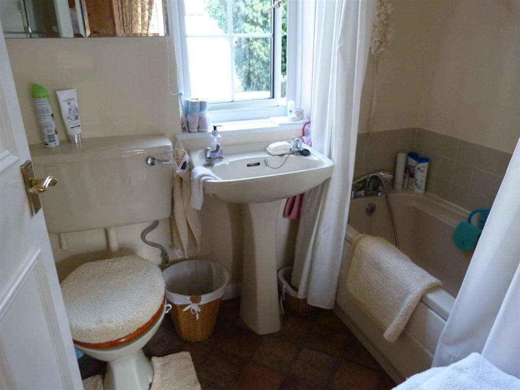 ENSUITE BATHOOM