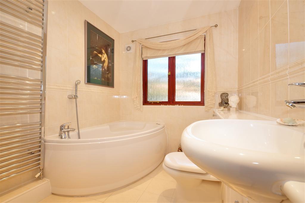 Corner bath design ideas photos inspiration rightmove for Bathroom ideas rightmove