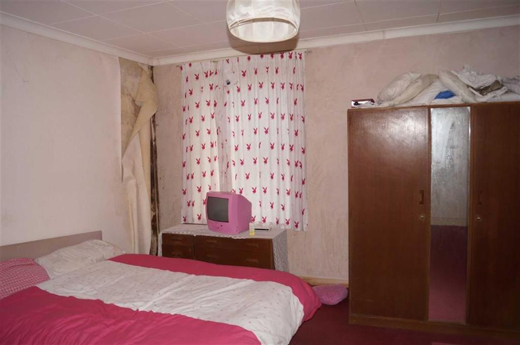 Rear bedroom (west)