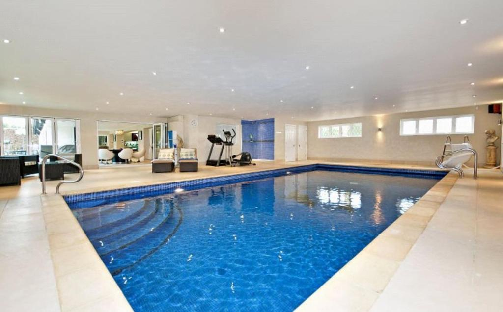6 bedroom detached house for sale in wagon way loudwater for 6 bedroom house with swimming pool for sale
