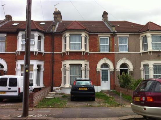 bedroom terraced house to rent in richmond road ilford ig1 ig1
