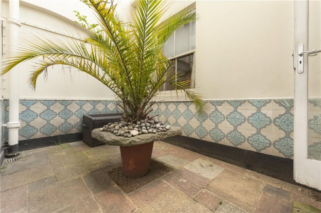 Courtyard: W2