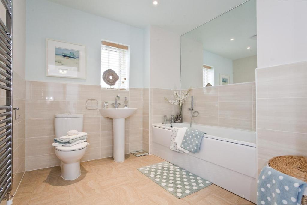 4 bedroom detached house for sale in school lane hartwell for Show home bathrooms