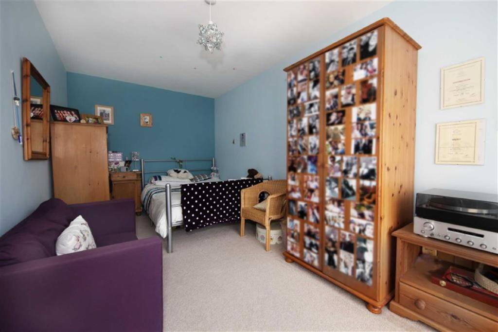 FAMILY ROOM/BEDROOM