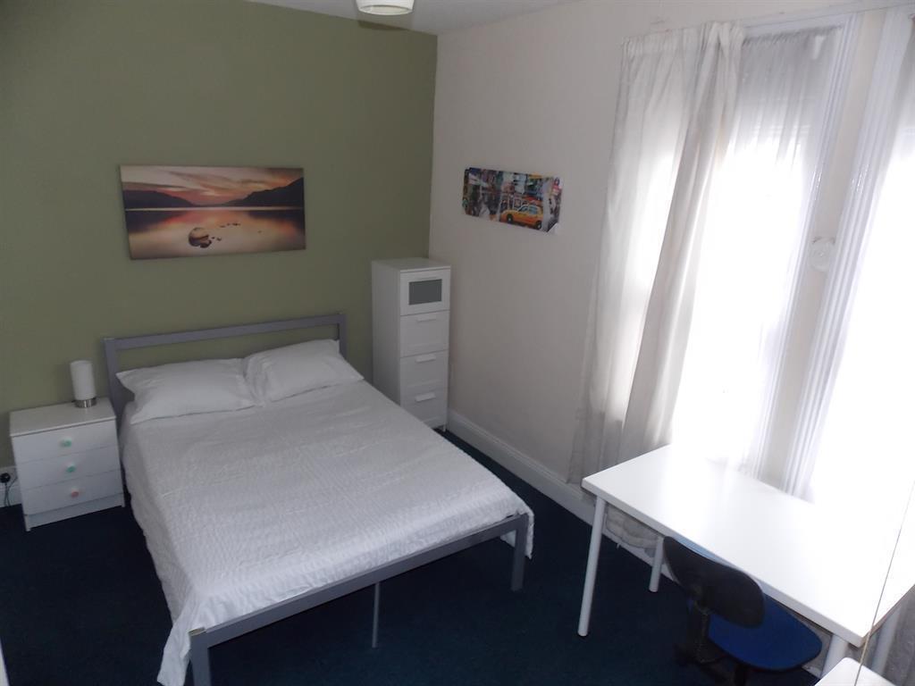 FIRST FLOOR FRONT BEDROOM