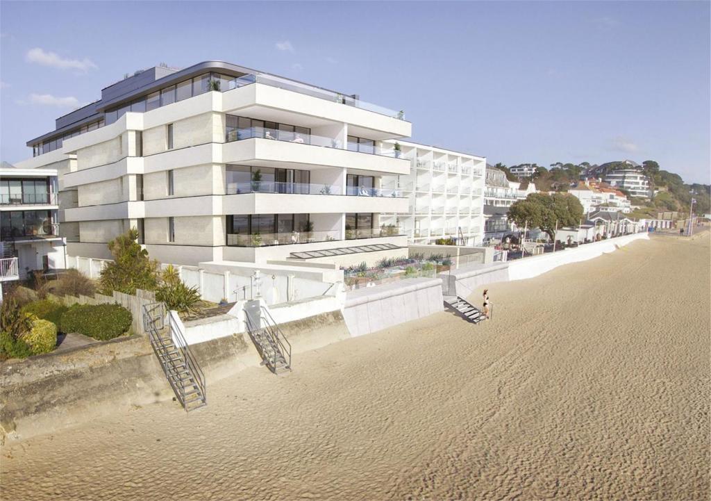 4 bedroom flat for sale in banks road sandbanks poole dorset bh13. Black Bedroom Furniture Sets. Home Design Ideas
