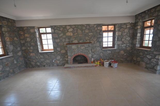 Lounge-stone walls