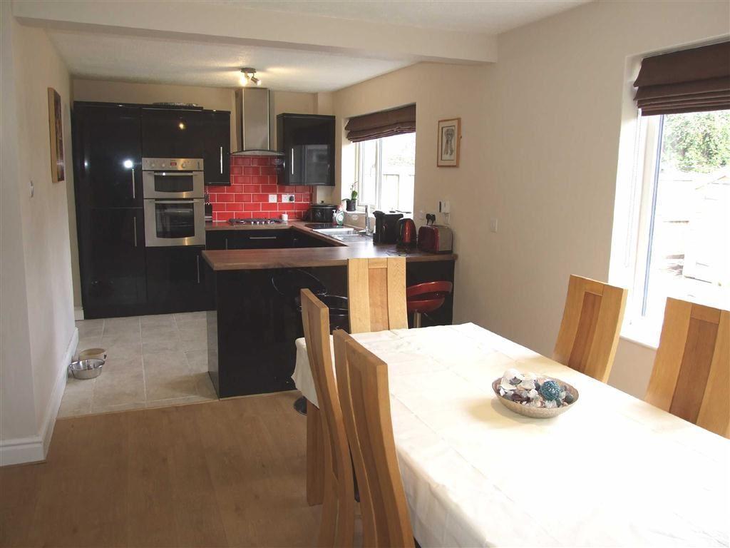 Large Kitchen / Dini