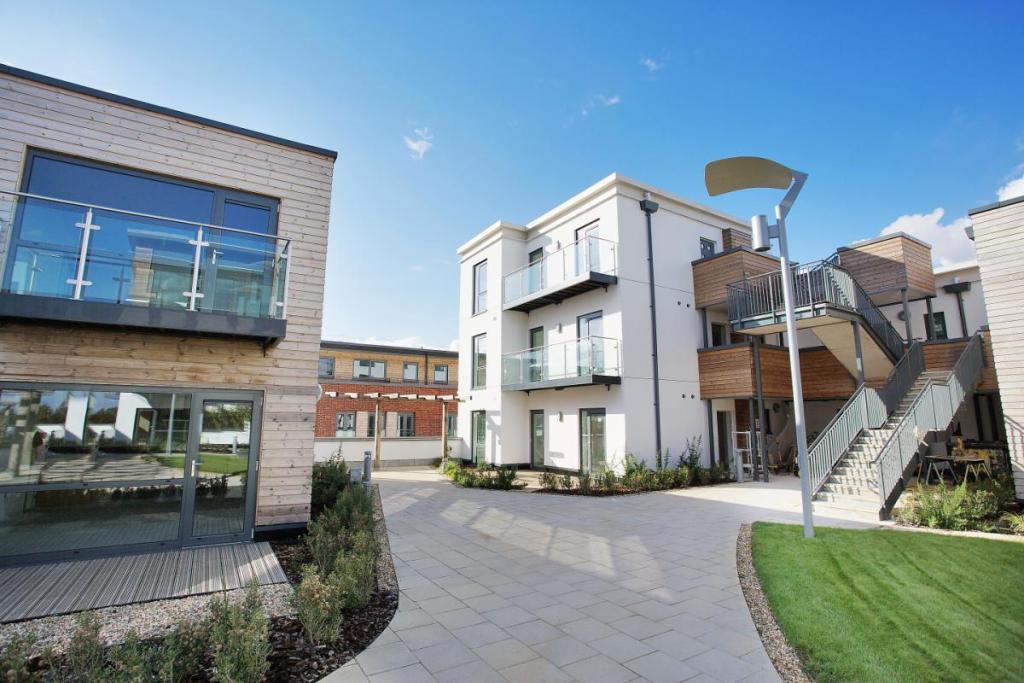 2 bedroom apartment for sale in parkway newbury berkshire rg14 rg14