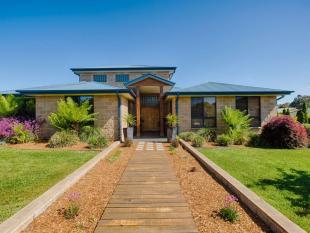 4 bedroom house for sale in 17 Windarra Place...