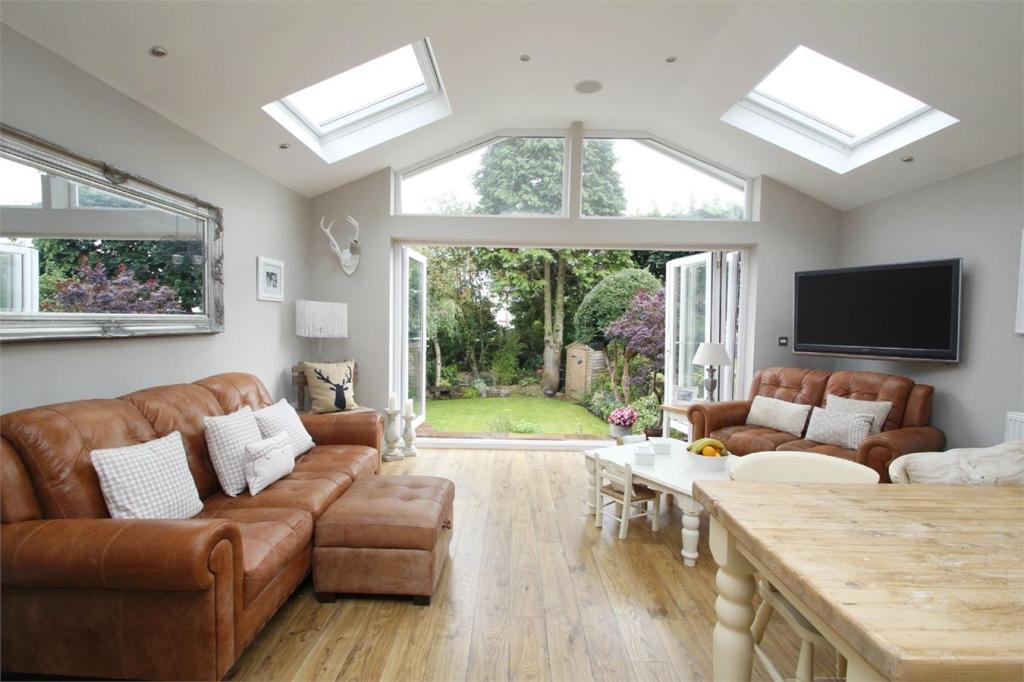 3 bedroom semi detached house for sale in laurel avenue for 3 bedroom house extension ideas