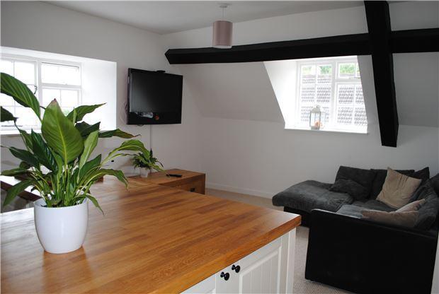 Kitchen & lounge area