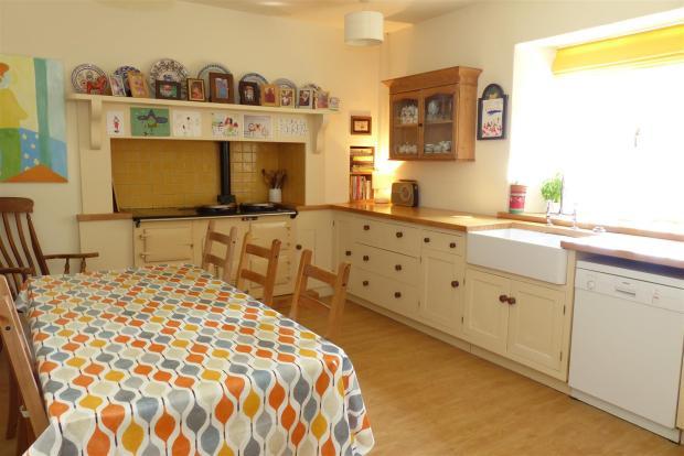 7056 Kitchen .JPG