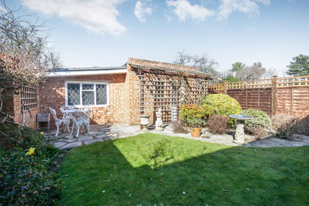 3 Bedroom House For Sale In Row Town Addlestone Surrey Kt15