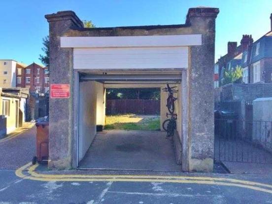Garage/Car Port