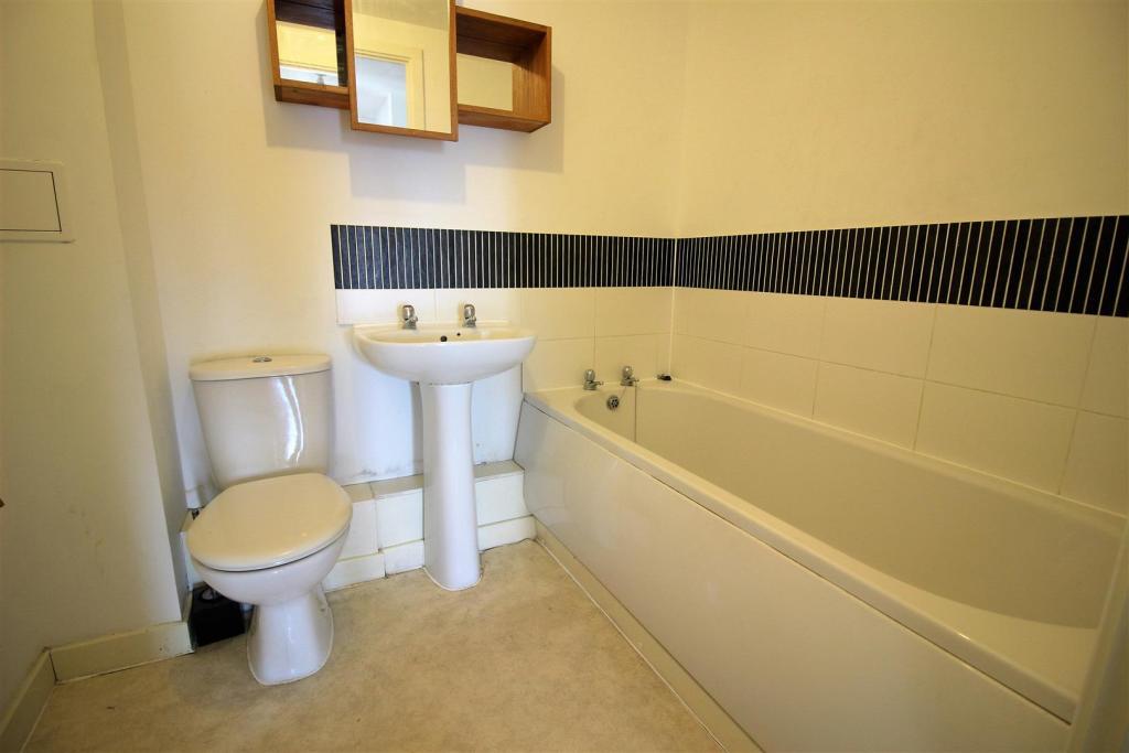 50hydebathroom.JPG