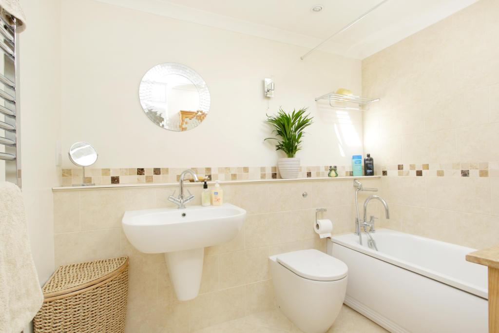 Beige white ensuite bathroom design ideas photos for Bathroom designs for small spaces in india