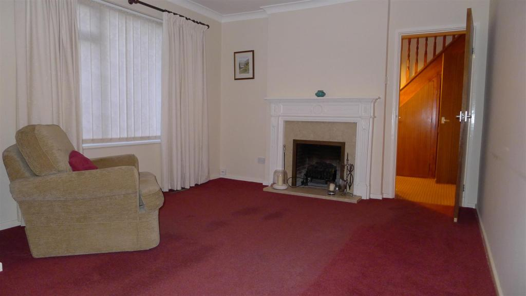LIVING ROOM (FRONT)